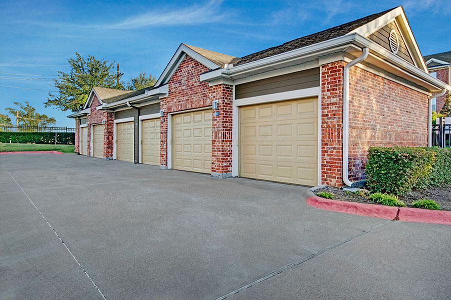 Detached Garage Parking & Covered Parking