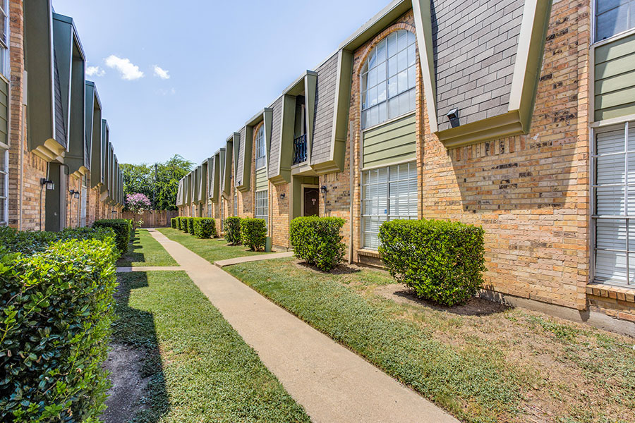 high-end apartment features and community amenities