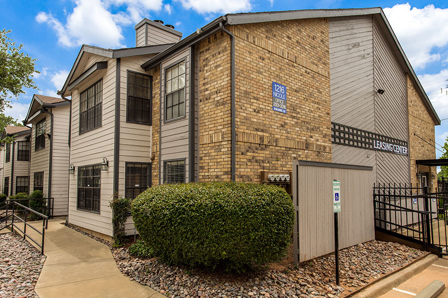 20 minute drive to Downtown Fort Worth, located right off of Highway I-30!