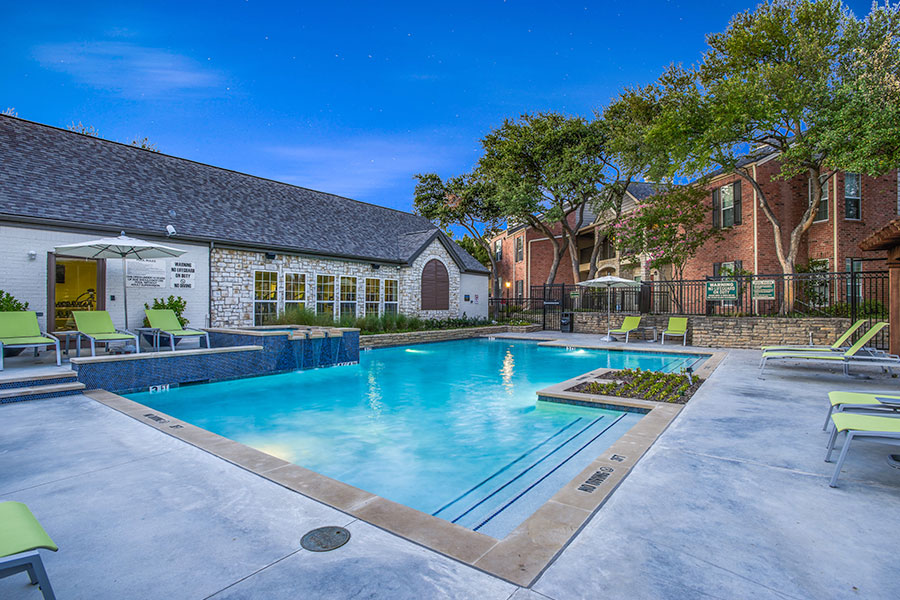 Apartments with swimming pool in Plano, TX